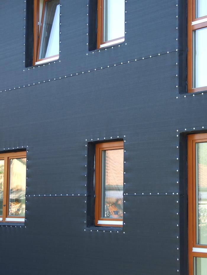 Schwarze Fassade fassadennetz pe gewebe architekt erdudatz